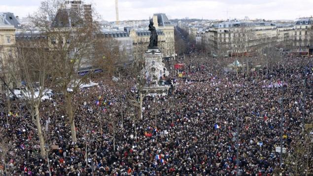 Menschen demonstrieren in Paris nach dem Terrorangriff auf Charlie Hebdo